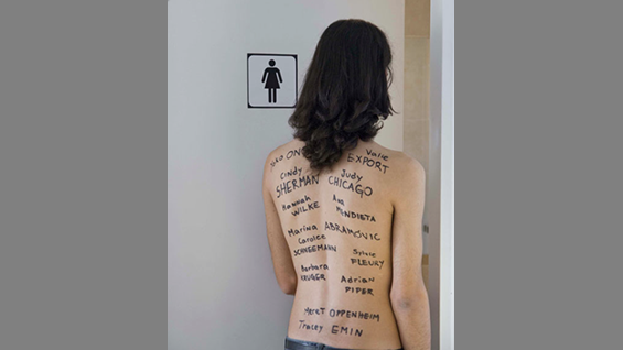 Effy Beth, Una nueva artista necesita usar el baño (A new artist needs to use the bathroom), 2011, photograph from Bring Your Own Body, exhibition at The Cooper Union, Fall 2015